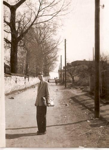 Pan Andrzej Pacierpnik, po lewej stronie widoczny dawny dworskie ogrodzenie