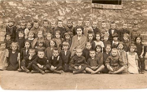 Społecznośc parafialna wraz z ks. B. Magottem na początku lat 40.