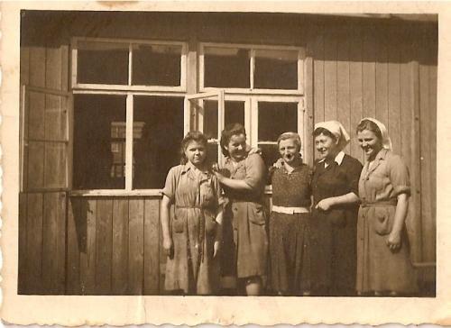 Na tle dawnego baraku obozowego
