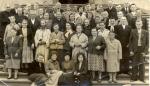 Zdjęcie przedstawia społeczność starszą Klimontowa z lat 60-tych