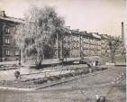Klimontów lata 60-te. Fontanna przed kamienicą (Kraszewskiego 15)