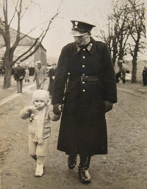 Post. Antoni Janoska z synem Bogdanem, Klimontów 1938 r.